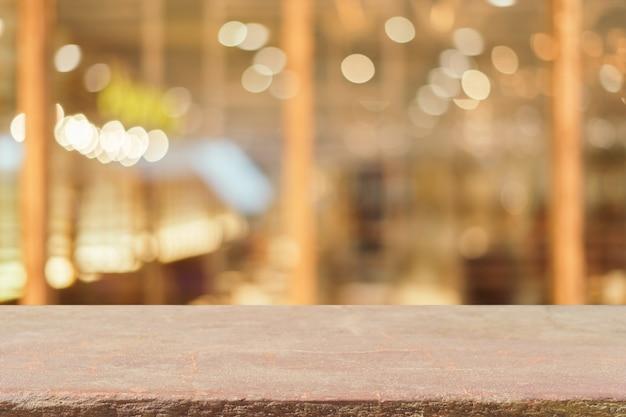 Zarząd Stone Puste Tabeli Przed Niewyraźne Tło. Perspektywy Brązowy Kamień Nad Rozmycia W Kawiarni - Może Być Używany Do Wyświetlania Lub Montage Wyśmiewać Swoje Produkty. Vintage Filtrowany Obraz. Darmowe Zdjęcia