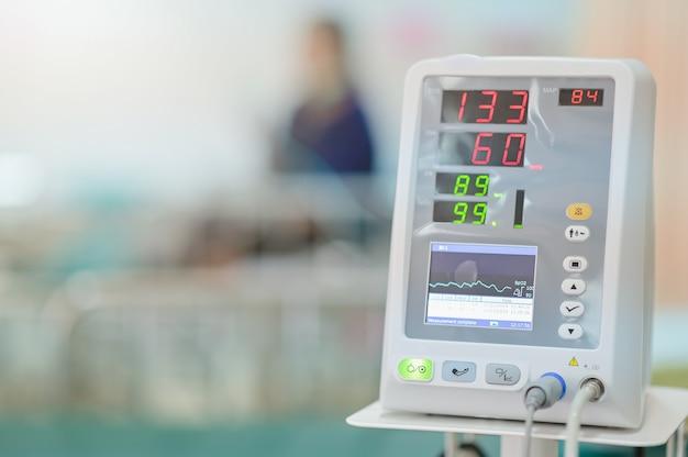 Zasadniczy Szyldowy Monitor Na Cierpliwym Tle Przy Oddziałem W Szpitalu Premium Zdjęcia