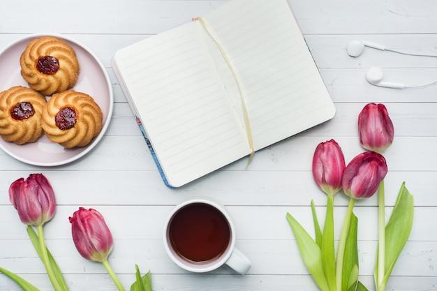 Zasięrzutny Widok Bukiet Tulipanów I Notatnika I Filiżanka Kawy. Premium Zdjęcia