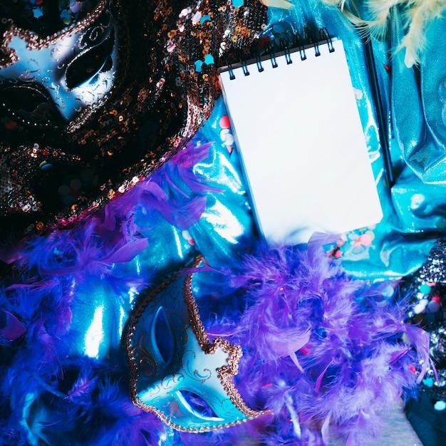 Zasięrzutny Widok Dekoracyjna Oko Maska I Karnawał Protestuje Z Pustym ślimakowatym Notepad Darmowe Zdjęcia