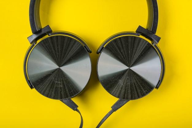 Zasięrzutny widok hełmofon na żółtym tle Darmowe Zdjęcia
