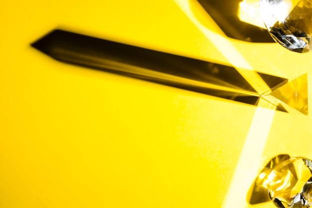 Zasięrzutny Widok Krystaliczny Diament Na żółtym Tle Darmowe Zdjęcia