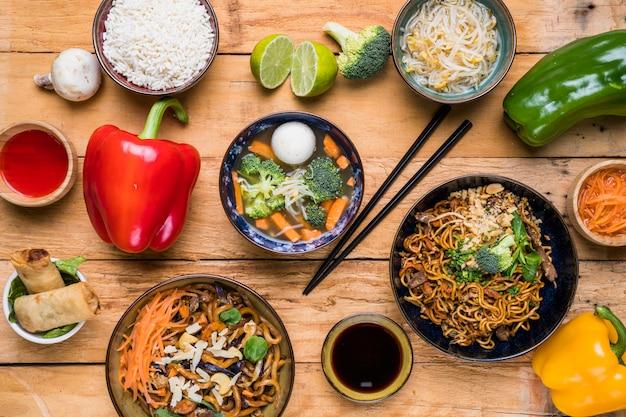 Zasięrzutny widok tradycyjnego tajskiego jedzenia z sosami na drewnianej desce Darmowe Zdjęcia
