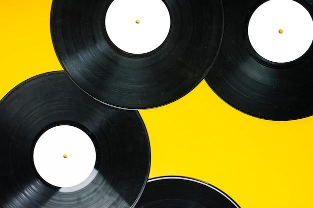 Zasięrzutny widok winylowi rejestry na żółtym tle Darmowe Zdjęcia