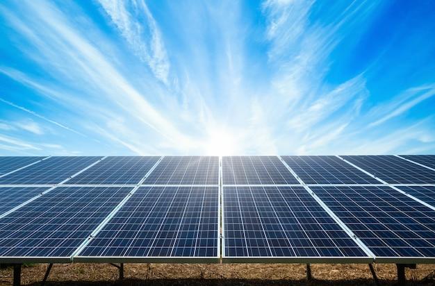 Zasila Panel Słoneczny Na Niebieskim Niebie, Alternatywny Czystej Zielonej Energii Pojęcie Premium Zdjęcia