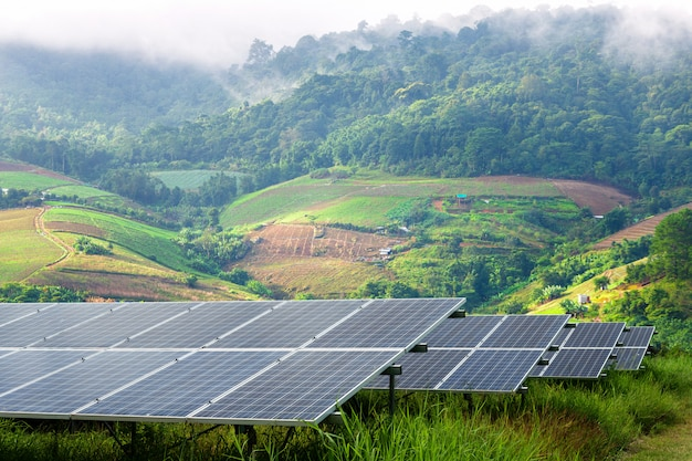 Zasilający Panel Słoneczny W Małej Górzystej Wiosce I Mgła To Piękno W Punkcie Widokowym, Alternatywna Koncepcja Czystej Zielonej Energii Premium Zdjęcia