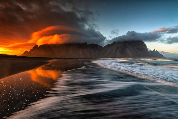 Zaskakująco Piękna Sceneria Piaszczystej Plaży I Morza Z Zapierającymi Dech W Piersiach Chmurami Na Niebie Darmowe Zdjęcia