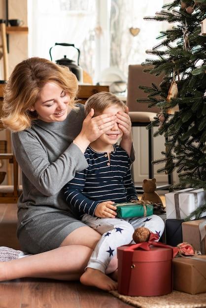 Zaskakujący Syn Matka Z Prezentem Darmowe Zdjęcia