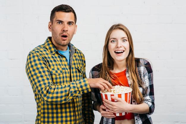 Zaskoczeni ludzie z popcornem Darmowe Zdjęcia