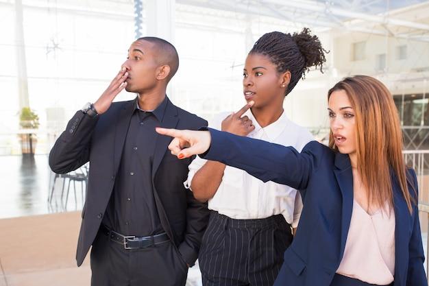 Zaskoczeni Pracownicy Biurowi Ogląda Szokującą Scenę Darmowe Zdjęcia