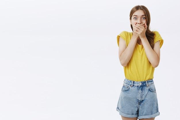 Zaskoczona I Zdumiona Młoda Dziewczyna Dysząca, Wyglądająca Na Pod Wrażeniem Darmowe Zdjęcia