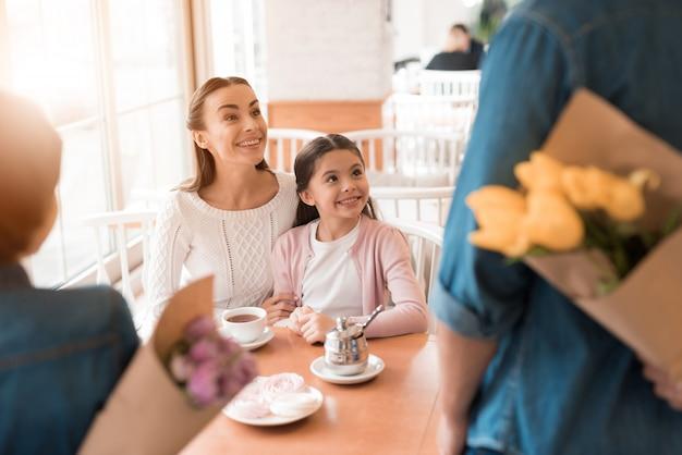 Zaskoczone Dziewczyny Mama I Córka Otrzymują Kwiaty. Premium Zdjęcia