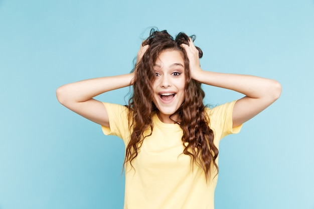 Zaskoczony I Zdumiony Młoda Kobieta Na Białym Tle Na Niebieskim Tle. Premium Zdjęcia