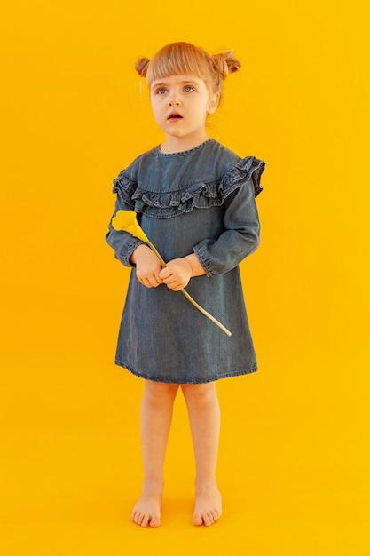 Zaskoczony Mała Dziewczynka Pełny Strzał Darmowe Zdjęcia