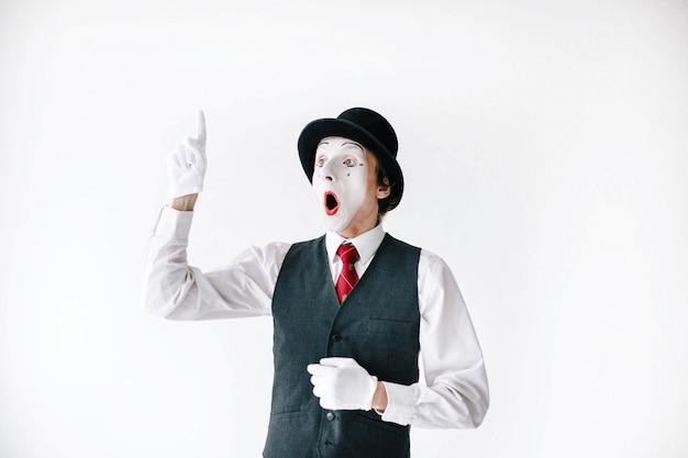 Zaskoczony mim podnosi palec Darmowe Zdjęcia