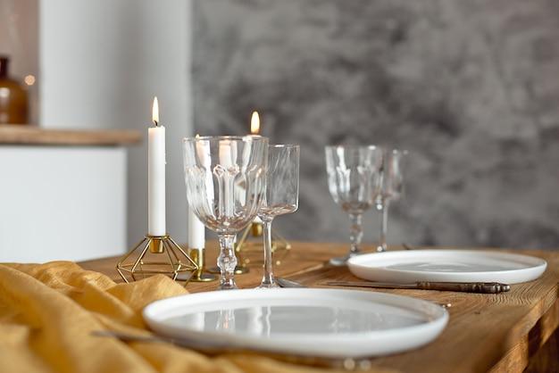 Zastawa Stołowa I świece Na Stole Premium Zdjęcia