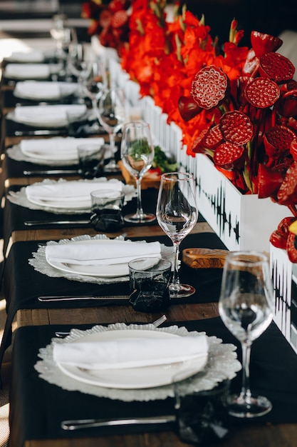 Zastawa Stołowa Kieliszki, Widelec Do Kwiatów, Nóż Do Obiadu W Przytulnej Restauracji Premium Zdjęcia