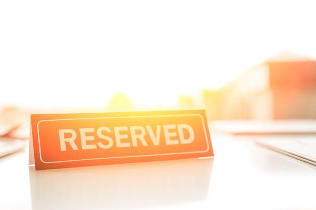 Zastrzeżony znak na stole Premium Zdjęcia