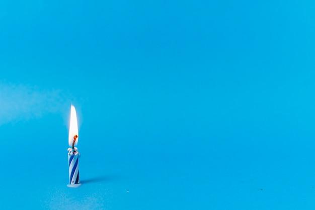 Zaświecająca świeczka Na Błękitnym Tle Darmowe Zdjęcia