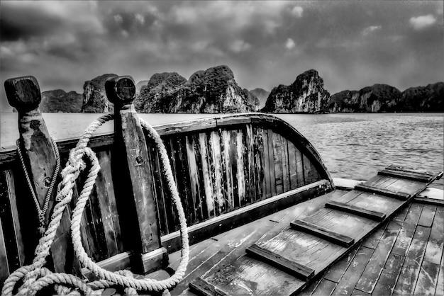 Zatoka Ha Long W Wietnamie Z Drewnianej łodzi Darmowe Zdjęcia