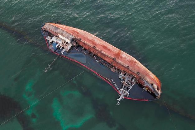 Zatopiony Statek, Zatopiony Tankowiec W Pobliżu Plaży, Wrak Statku Na Wodzie. Premium Zdjęcia