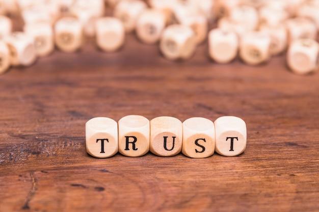 Zaufaj słowu wykonanemu z drewnianych klocków Darmowe Zdjęcia