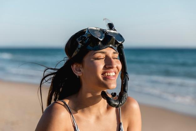 Zawartość piękna kobieta w snorkeling masce na kurorcie Darmowe Zdjęcia
