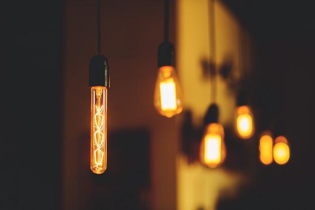 Zawieszone są lampy edisona Premium Zdjęcia
