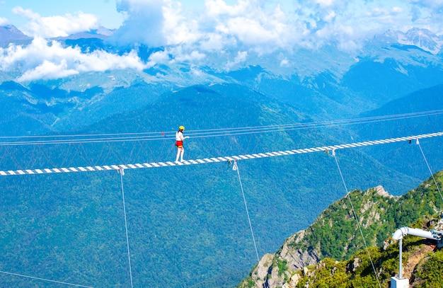 Zawieszony drewniany most nad przepaścią. ekstremalne wakacje. Premium Zdjęcia