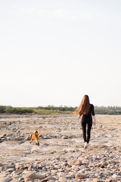 Zawodnik Bez Szans Kobieta Chodzi Z Jej Psem Darmowe Zdjęcia