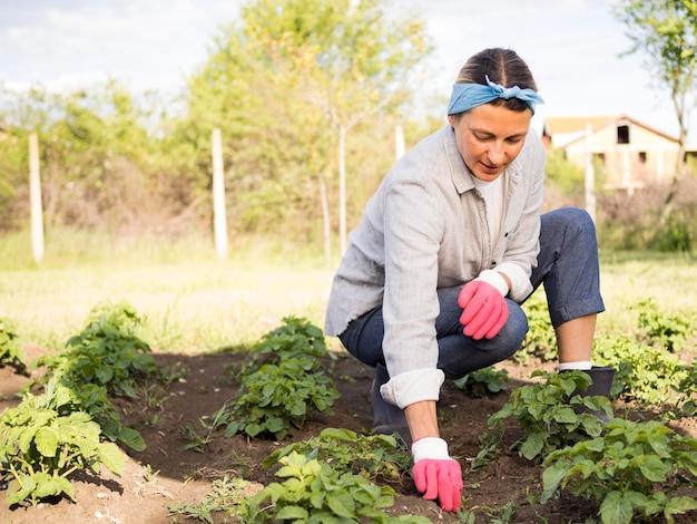Zawodnik Bez Szans Kobieta Uprawia Ogródek Outdoors Darmowe Zdjęcia