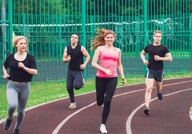 Zawodowi biegacze biegający po torze wyścigowym. Premium Zdjęcia