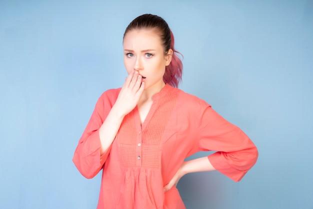 Zawstydzająca dziewczyna z koralową bluzką Darmowe Zdjęcia