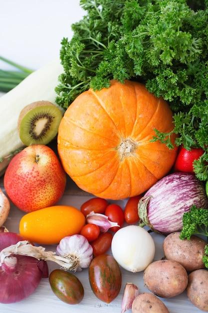 Zbieranie Owoców I Warzyw. Premium Zdjęcia