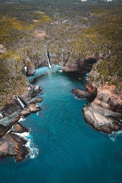 Zbiornik Wodny Między Brązową A Zieloną Górą W Ciągu Dnia Darmowe Zdjęcia
