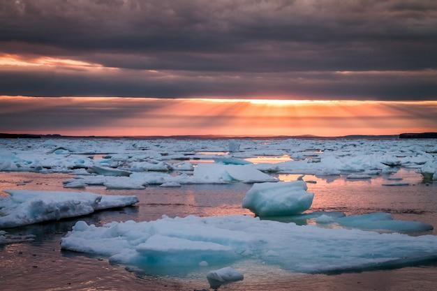 Zbiornik Wodny Pod Chmurnym Niebem Darmowe Zdjęcia