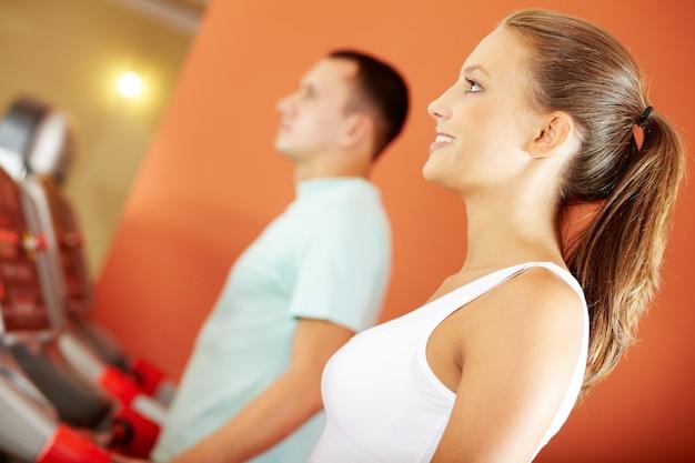 Zbliżenie kobiety w siłowni sportowej Darmowe Zdjęcia