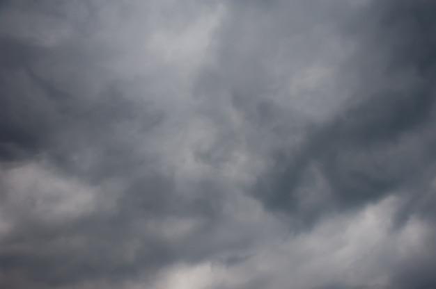 Zbliża Się Deszcz, Ciemne Niebo W Chmurach Premium Zdjęcia
