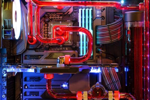 Zbliżenia i wnętrze komputera stacjonarnego gaming i procesor chłodzenia wodą z diodą led rgb pokazują status w trybie pracy Premium Zdjęcia
