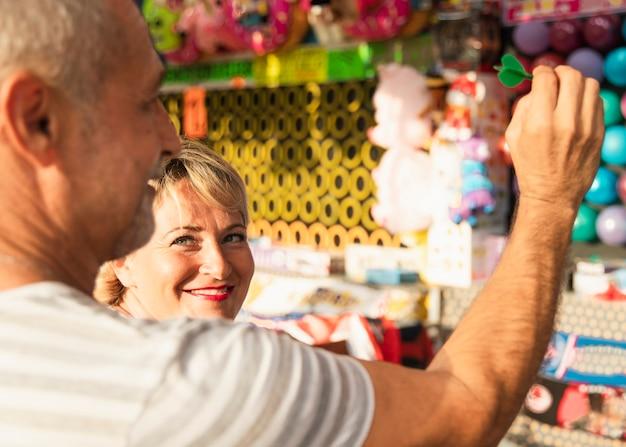 Zbliżenia ludzie zbierają zabawki Darmowe Zdjęcia