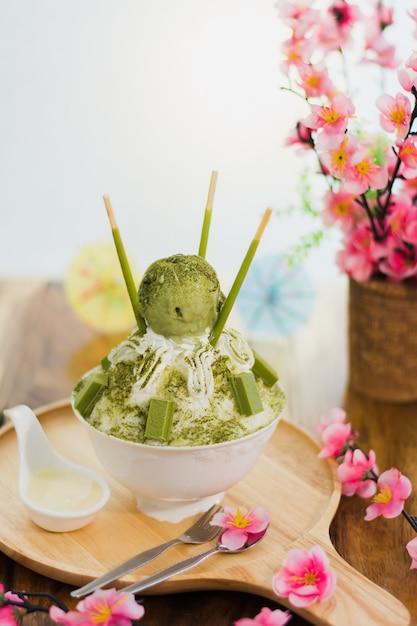 Zbliżenia Zielona Herbata Bingsu Na Tacy, Bingsu Lub Bingsoo, Koreańczyk Golił Lodowego Deser Z Słodkimi Polewami A Premium Zdjęcia