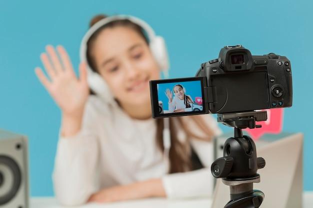 Zbliżenie Aparat Na Statywie Nagrywanie Młoda Dziewczyna Darmowe Zdjęcia