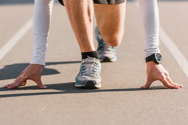 Zbliżenie biegacza w pozycji wyjściowej Darmowe Zdjęcia