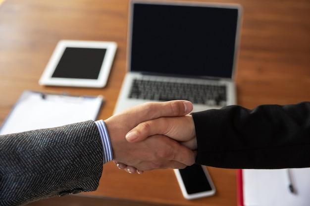 Zbliżenie Biznesmenów, ściskając Ręce W Sali Konferencyjnej Darmowe Zdjęcia
