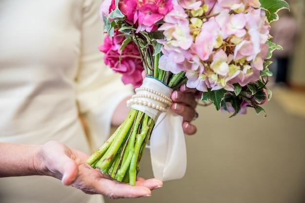 Zbliżenie Bukiet ślubny Wykonany Z Różnych Kwiatów W Odcieniach Różu Darmowe Zdjęcia