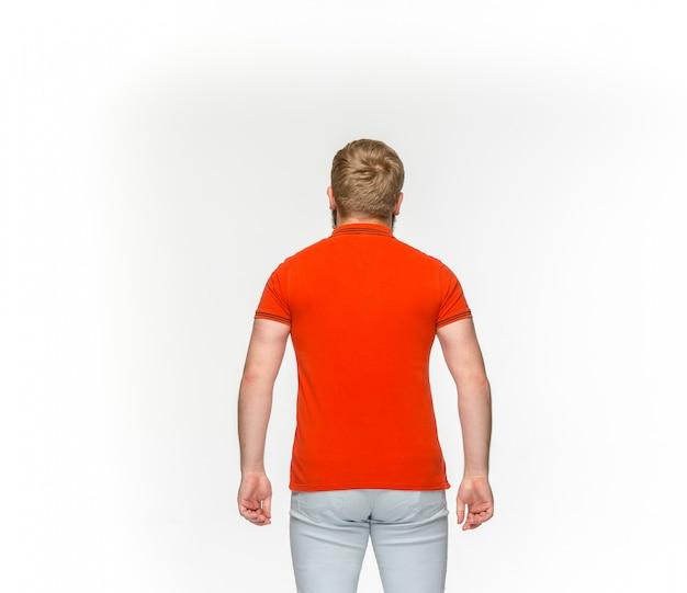 Zbliżenie Ciała Młodego Człowieka W Pusty Czerwony T-shirt Na Białym Tle Darmowe Zdjęcia