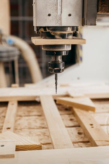 Zbliżenie Cięcia Drewna Na Frezarce Cnc W Garażu Premium Zdjęcia