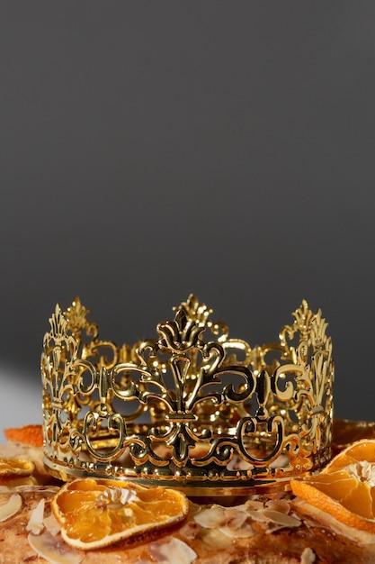 Zbliżenie Deser święto Trzech Króli Z Koroną I Suszonymi Cytrusami Premium Zdjęcia