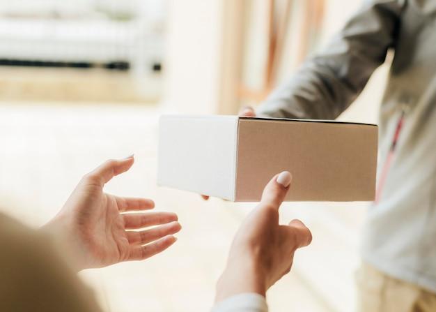 Zbliżenie Dłoni Dostawanie Pudełka Darmowe Zdjęcia