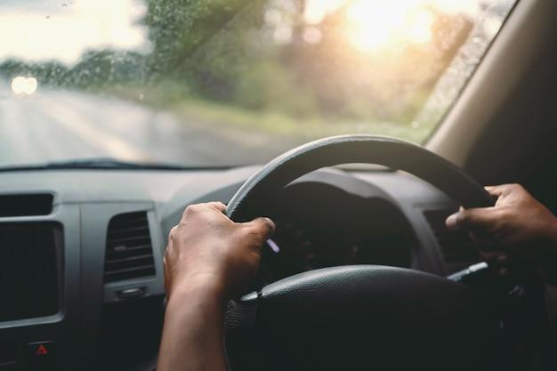 Zbliżenie Dłoni Kierowca Samochodu Na Drodze Premium Zdjęcia